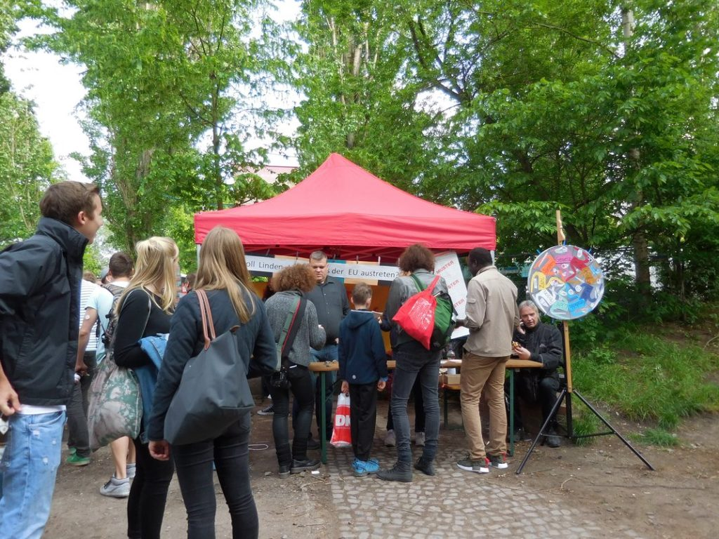 Stand Demokratieforum Linden-Limmer auf dem Internationalen 1. Mai-Fest auf dem Faustgelände